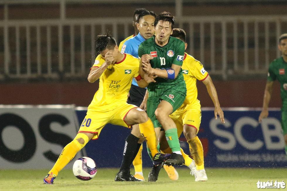 Ngoại binh CLB Sài Gòn tỏ thái độ khi đối thủ chơi cùi chỏ - Ảnh 2.