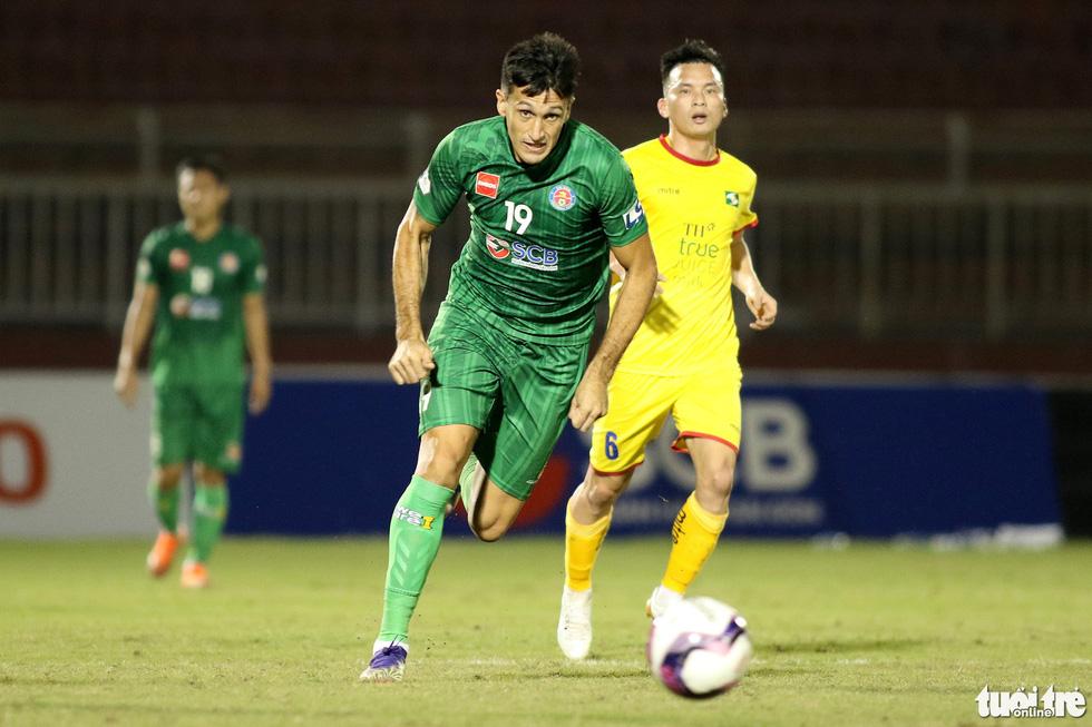 Ngoại binh CLB Sài Gòn tỏ thái độ khi đối thủ chơi cùi chỏ - Ảnh 1.