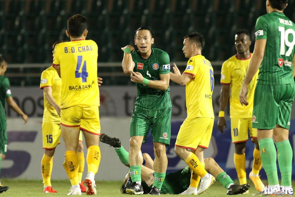 Ngoại binh CLB Sài Gòn tỏ thái độ khi đối thủ chơi cùi chỏ - Ảnh 3.
