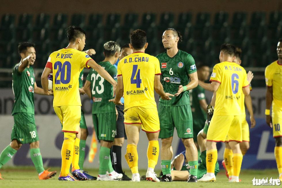 Ngoại binh CLB Sài Gòn tỏ thái độ khi đối thủ chơi cùi chỏ - Ảnh 4.