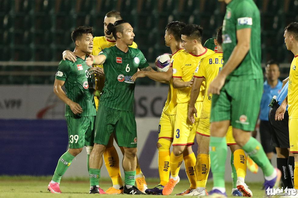 Ngoại binh CLB Sài Gòn tỏ thái độ khi đối thủ chơi cùi chỏ - Ảnh 5.