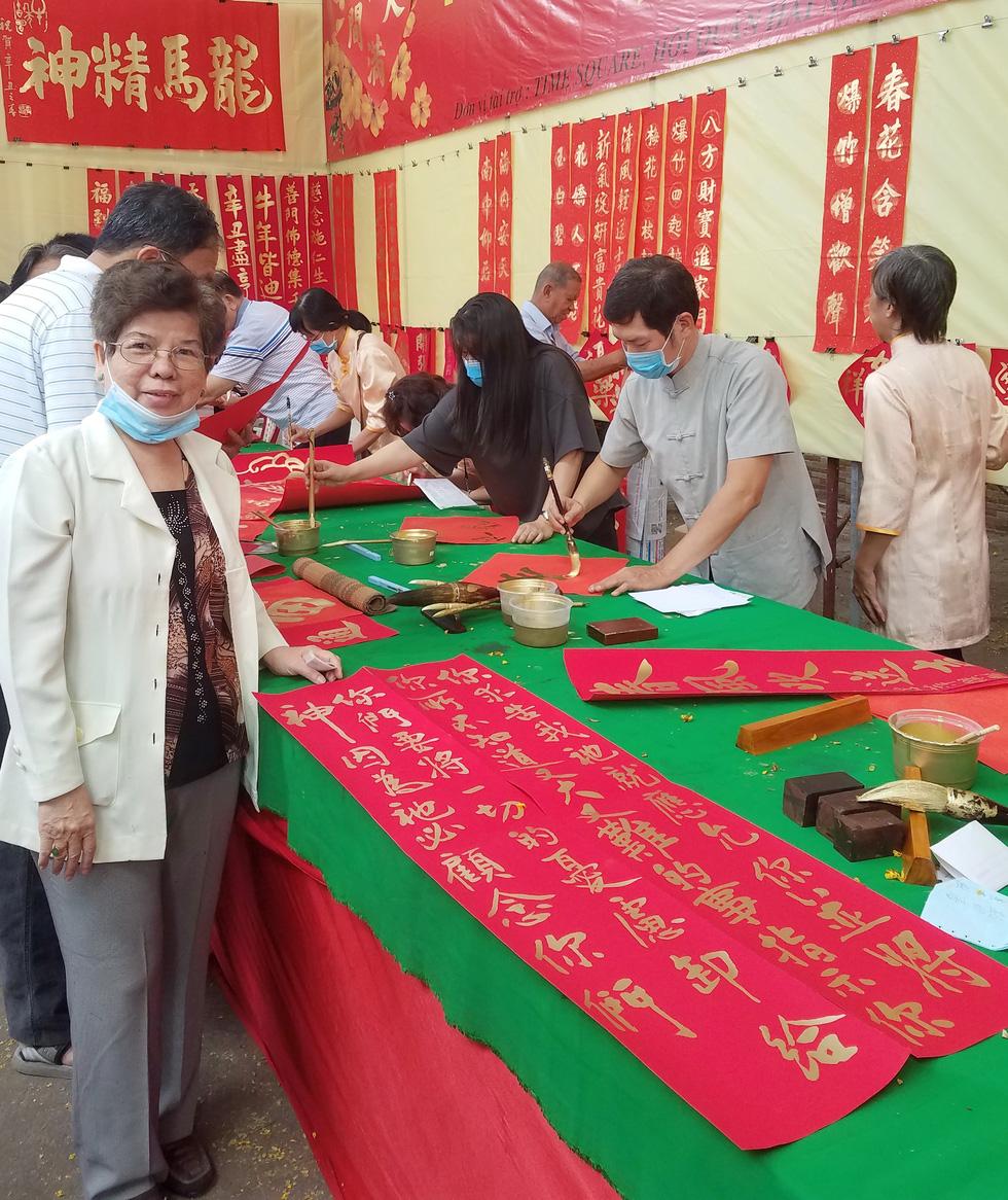 Thư pháp gia người Hoa cho chữ năm mới cầu mong dịch bệnh tiêu trừ - Ảnh 6.
