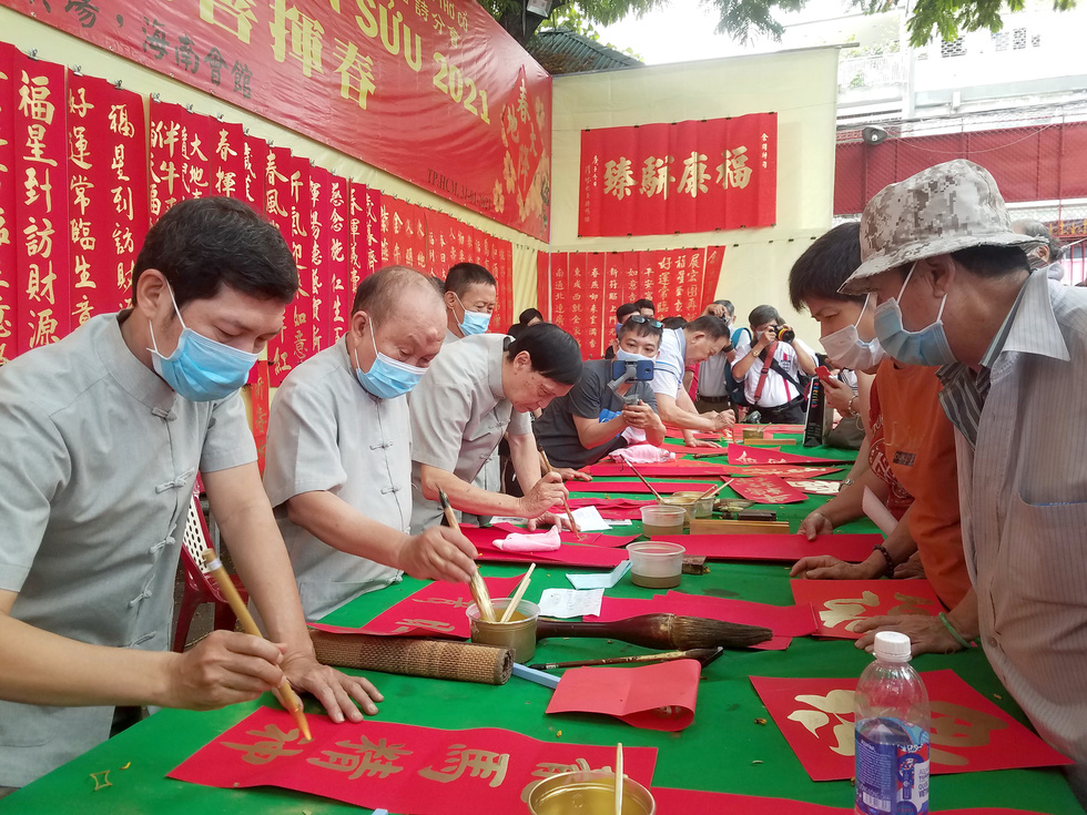 Thư pháp gia người Hoa cho chữ năm mới cầu mong dịch bệnh tiêu trừ - Ảnh 1.