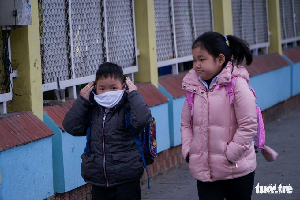 Rét 9 độ, người Hà Nội co ro đi học đi làm - Ảnh 1.