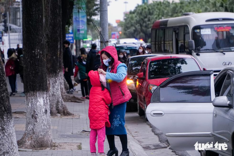 Rét 9 độ, người Hà Nội co ro đi học đi làm - Ảnh 3.