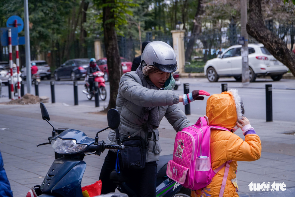 Rét 9 độ, người Hà Nội co ro đi học đi làm - Ảnh 4.