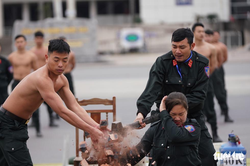 Mãn nhãn màn cảnh sát đặc nhiệm diễn tập bảo vệ Đại hội Đảng lần thứ XIII - Ảnh 1.