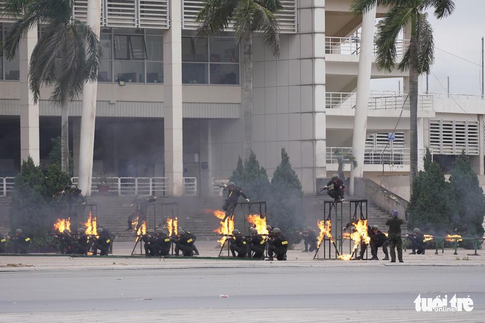 Mãn nhãn màn cảnh sát đặc nhiệm diễn tập bảo vệ Đại hội Đảng lần thứ XIII - Ảnh 7.