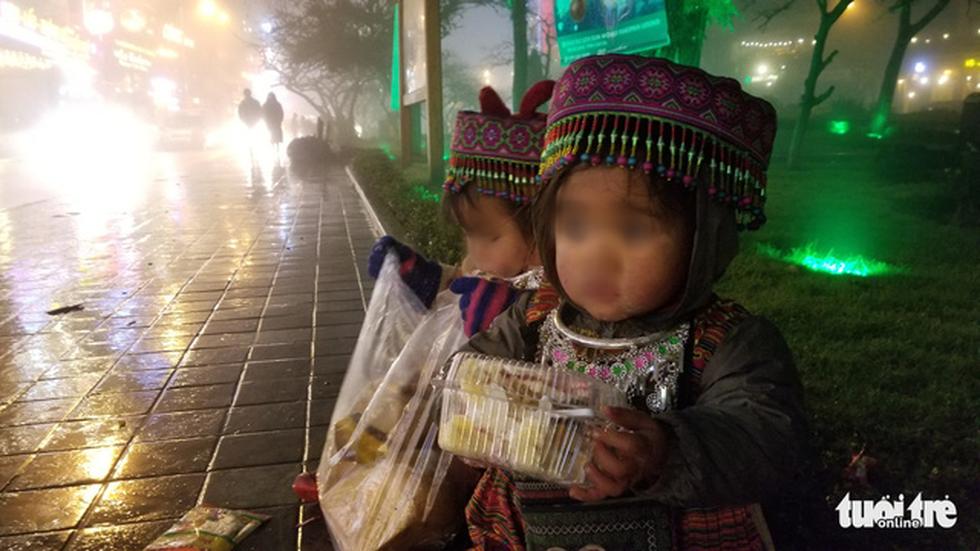 Đêm Sa Pa rét 2 độ, trẻ em vẫn bị đẩy ra đường bán hàng - Ảnh 9.
