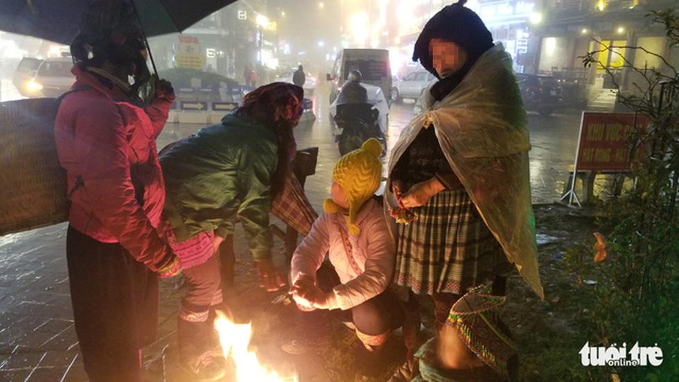 Đêm Sa Pa rét 2 độ, trẻ em vẫn bị đẩy ra đường bán hàng - Ảnh 10.