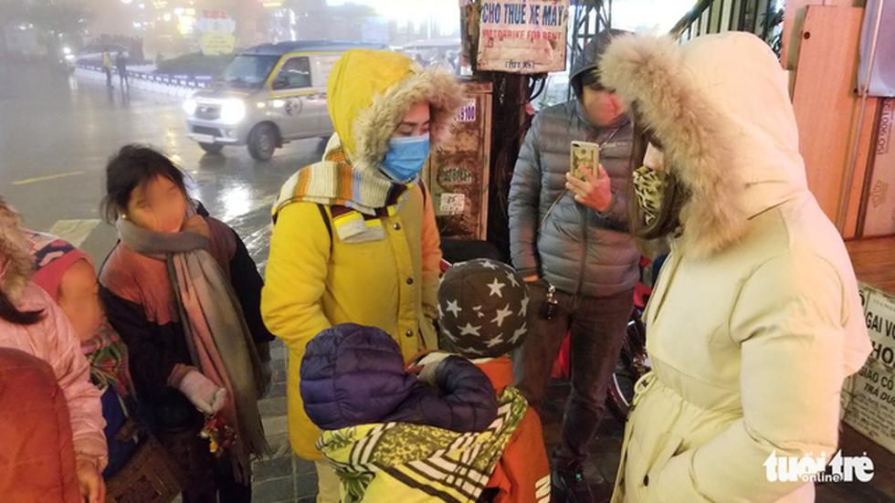 Đêm Sa Pa rét 2 độ, trẻ em vẫn bị đẩy ra đường bán hàng - Ảnh 8.