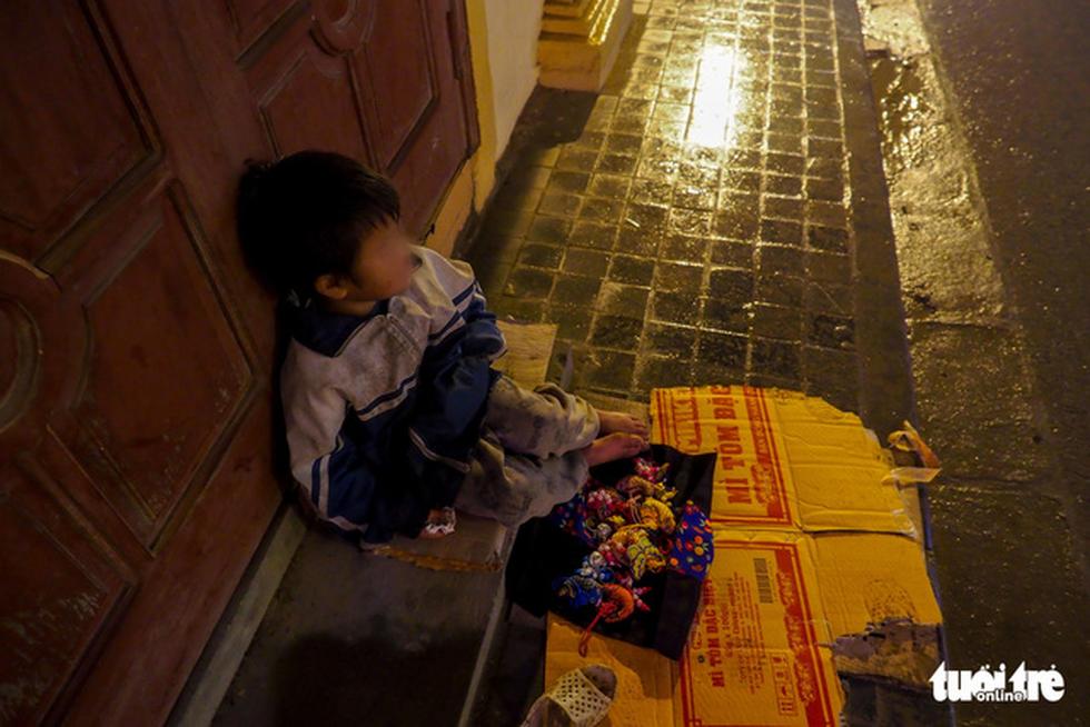 Đêm Sa Pa rét 2 độ, trẻ em vẫn bị đẩy ra đường bán hàng - Ảnh 5.