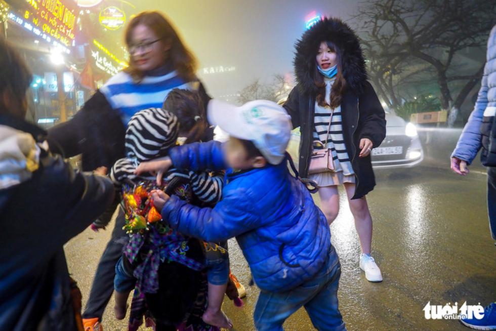 Đêm Sa Pa rét 2 độ, trẻ em vẫn bị đẩy ra đường bán hàng - Ảnh 6.
