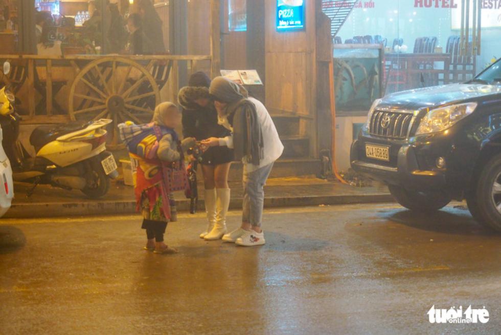 Đêm Sa Pa rét 2 độ, trẻ em vẫn bị đẩy ra đường bán hàng - Ảnh 3.