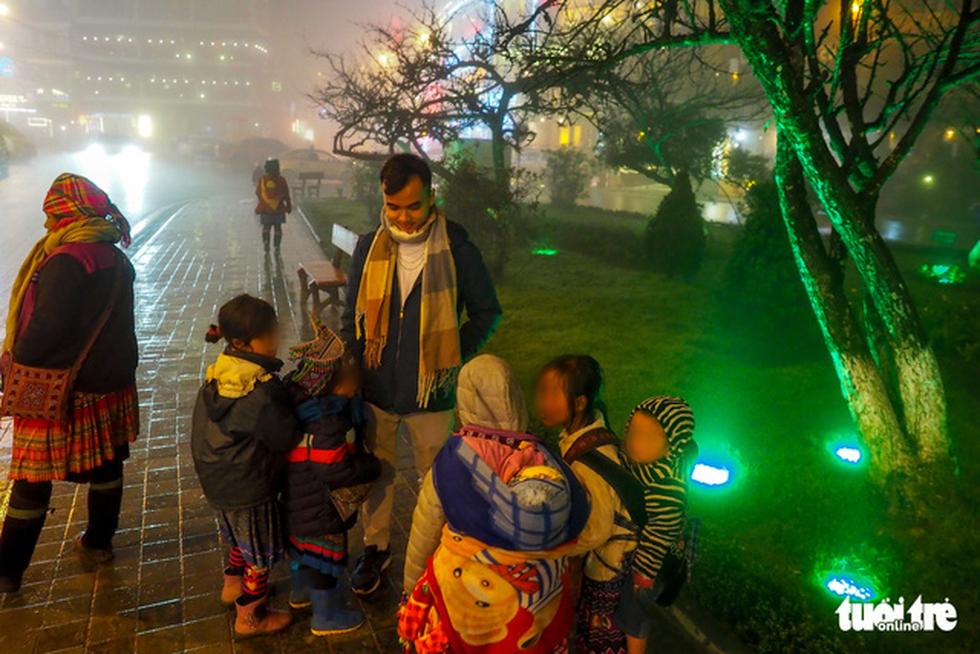 Đêm Sa Pa rét 2 độ, trẻ em vẫn bị đẩy ra đường bán hàng - Ảnh 4.