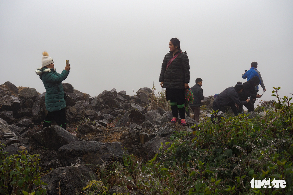 Tourists huddled up the top of O Quy Ho Pass to take frozen photos - Photo 7.