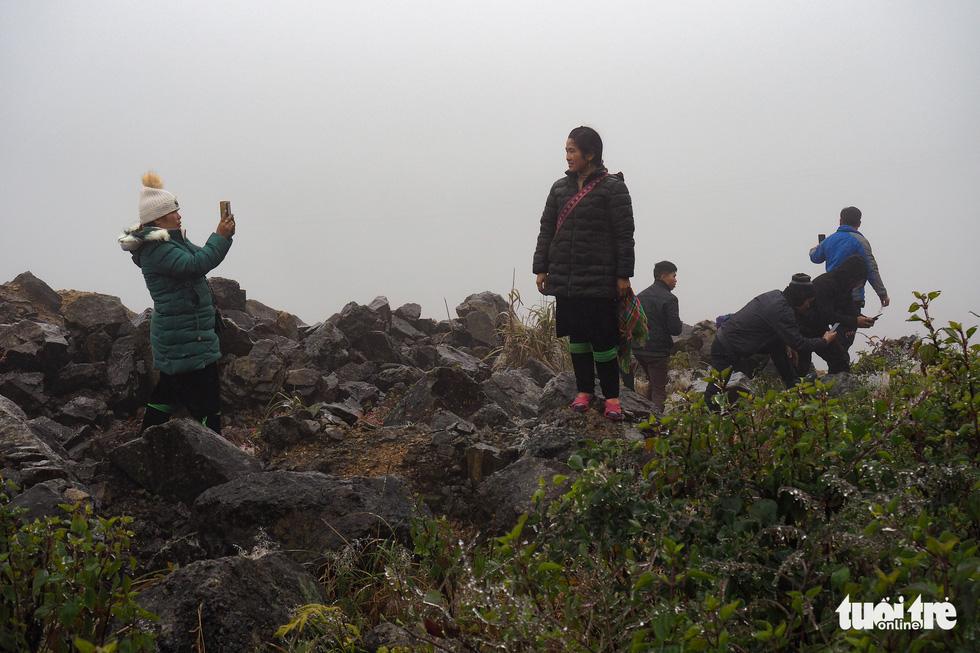 Du khách nườm nượp lên đỉnh đèo Ô Quy Hồ chụp ảnh băng giá - Ảnh 7.