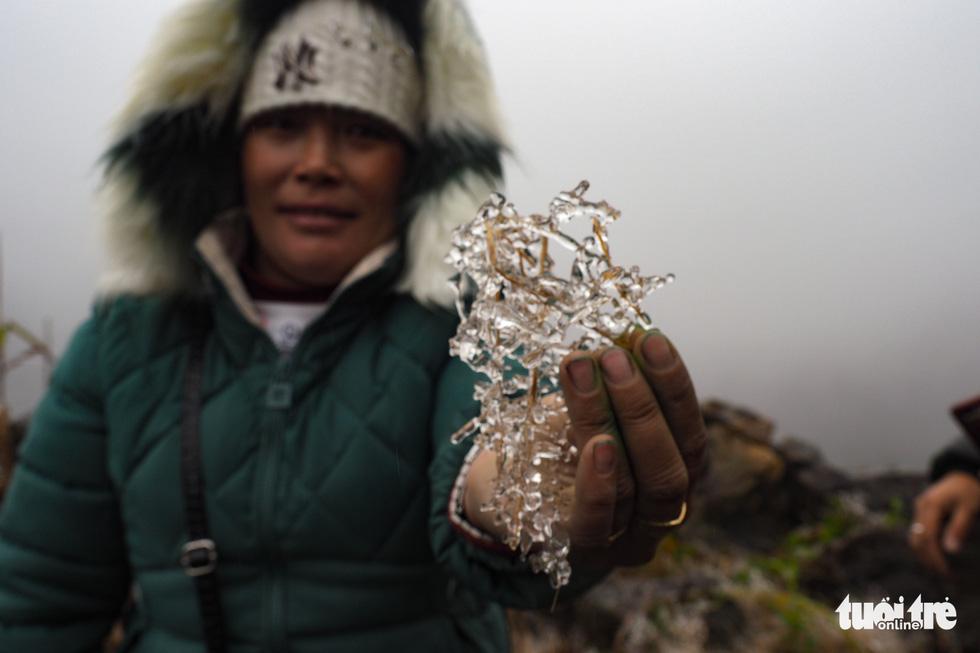 Du khách nườm nượp lên đỉnh đèo Ô Quy Hồ chụp ảnh băng giá - Ảnh 5.