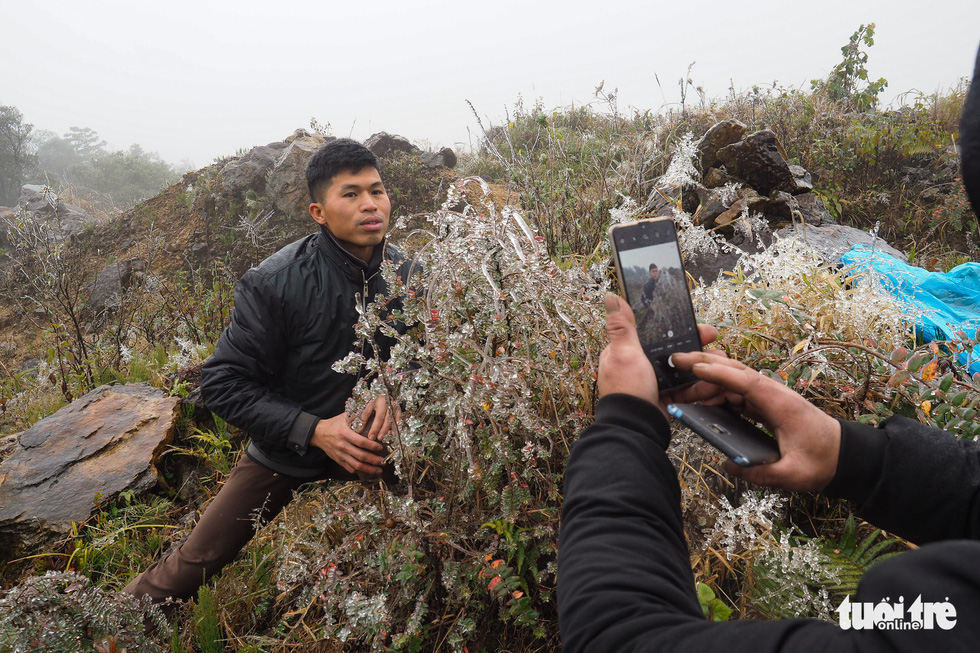 Tourists gather to the top of O Quy Ho Pass to take frozen photos - Photo 4.