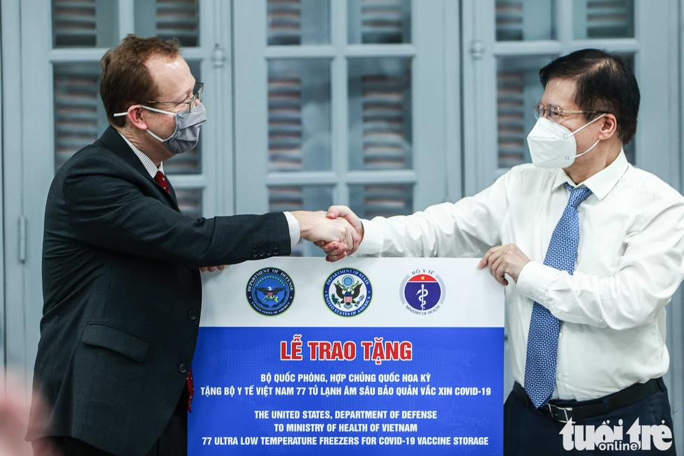 Mỹ bàn giao tủ lạnh âm sâu lưu trữ vắc xin Pfizer cho Việt Nam - Ảnh 1.