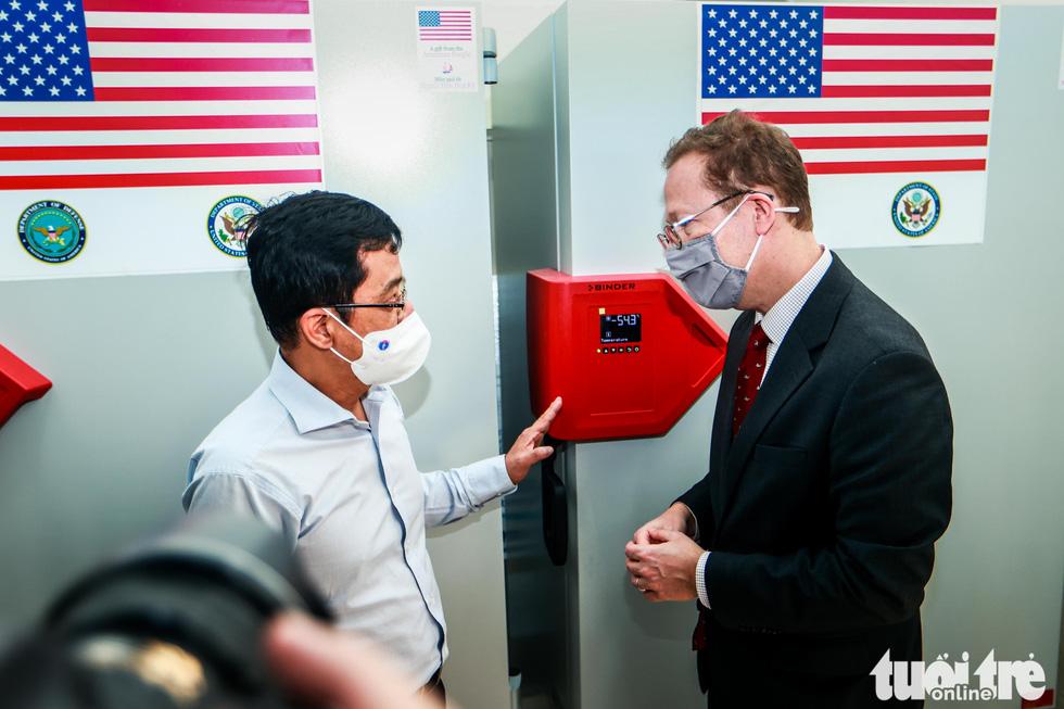 Mỹ bàn giao tủ lạnh âm sâu lưu trữ vắc xin Pfizer cho Việt Nam - Ảnh 2.