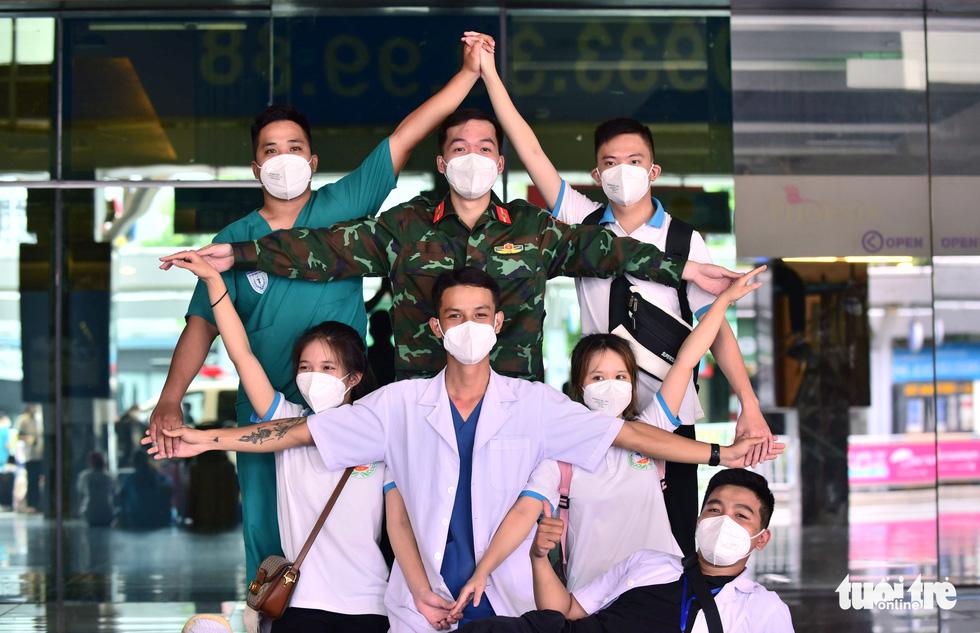 Lực lượng chi viện lưu luyến rơi nước mắt ngày chia tay TP.HCM - Ảnh 6.