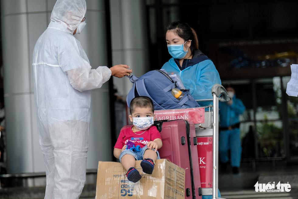 Chuyến bay miễn phí đón thai phụ, trẻ em và bà con khó khăn từ TP.HCM trở về - Ảnh 3.