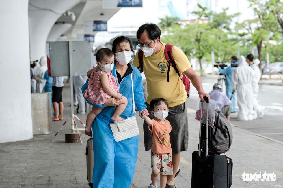 Chuyến bay miễn phí đón thai phụ, trẻ em và bà con khó khăn từ TP.HCM trở về - Ảnh 1.