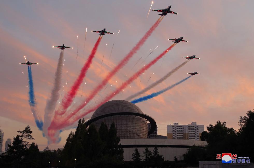 Dự triển lãm vũ khí, ông Kim Jong Un nói: Con cháu chúng ta cần phải mạnh trước đã - Ảnh 10.