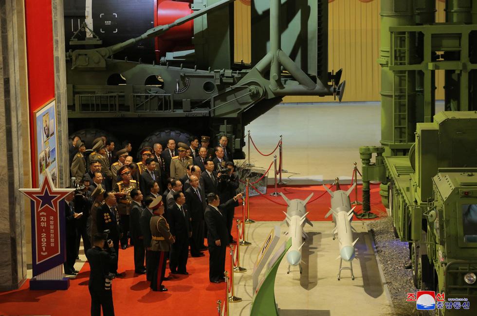 Dự triển lãm vũ khí, ông Kim Jong Un nói: Con cháu chúng ta cần phải mạnh trước đã - Ảnh 9.