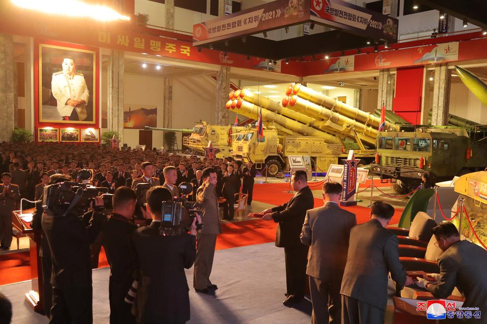 Dự triển lãm vũ khí, ông Kim Jong Un nói: Con cháu chúng ta cần phải mạnh trước đã - Ảnh 7.