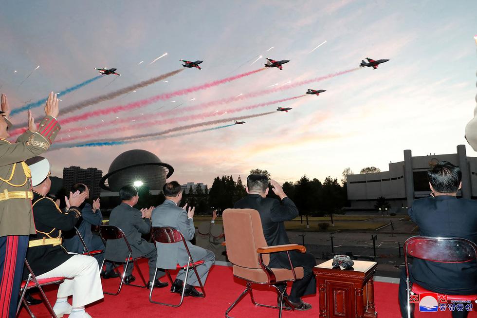 Dự triển lãm vũ khí, ông Kim Jong Un nói: Con cháu chúng ta cần phải mạnh trước đã - Ảnh 11.