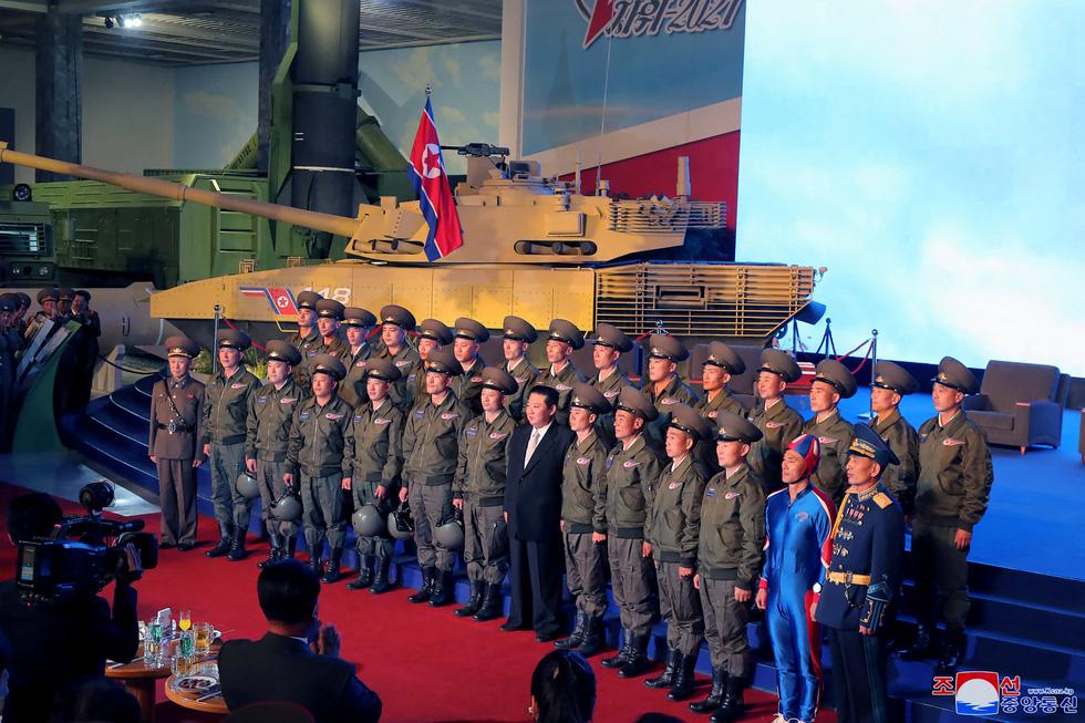Dự triển lãm vũ khí, ông Kim Jong Un nói: Con cháu chúng ta cần phải mạnh trước đã - Ảnh 4.