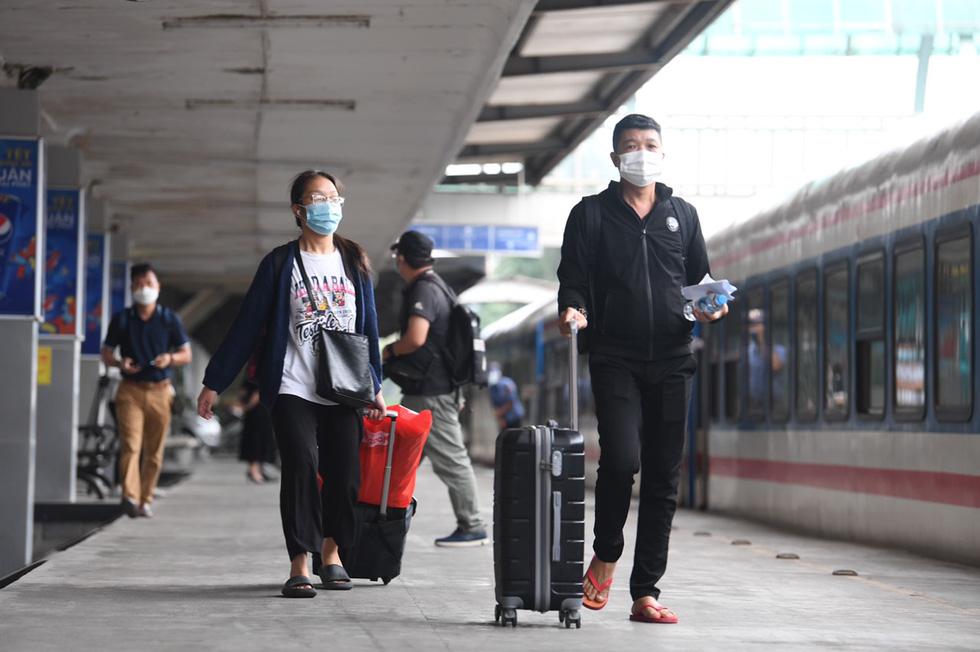 103 khách lên chuyến tàu đầu tiên từ Hà Nội vào TP.HCM - Ảnh 1.