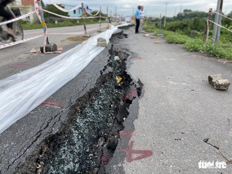 Cận cảnh đê hữu sông Đáy nứt toác, sụt lún đang có dấu hiệu lan rộng - Ảnh 1.