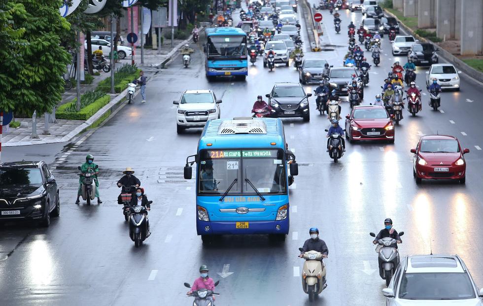 Hà Nội ngày đầu bình thường mới: Hàng quán nhộn nhịp, xe buýt vắng khách - Ảnh 7.