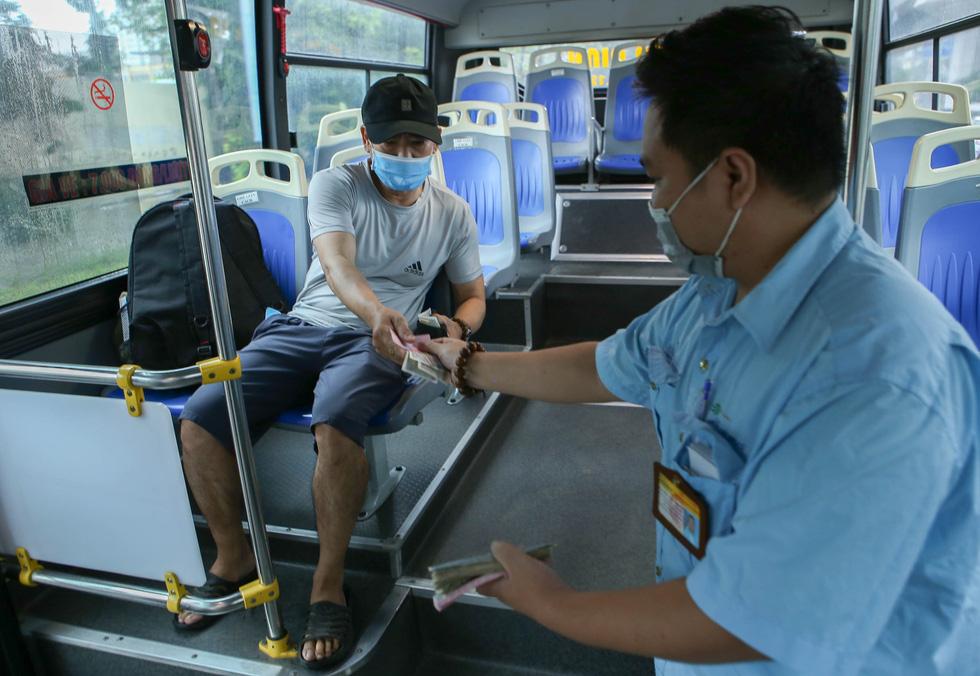 Hà Nội ngày đầu bình thường mới: Hàng quán nhộn nhịp, xe buýt vắng khách - Ảnh 8.