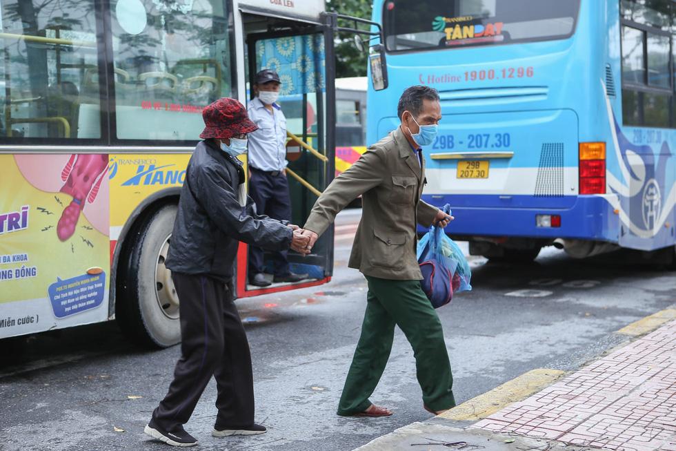 Hà Nội ngày đầu bình thường mới: Hàng quán nhộn nhịp, xe buýt vắng khách - Ảnh 9.