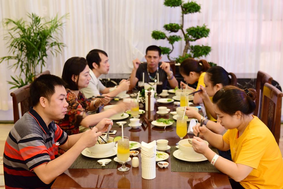 Phở như bữa cơm gia đình cho y bác sĩ xa nhà - Ảnh 4.