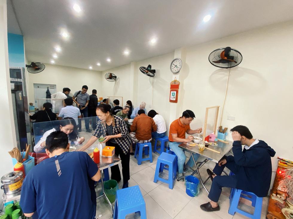Hà Nội ngày đầu bình thường mới: Hàng quán nhộn nhịp, xe buýt vắng khách - Ảnh 2.
