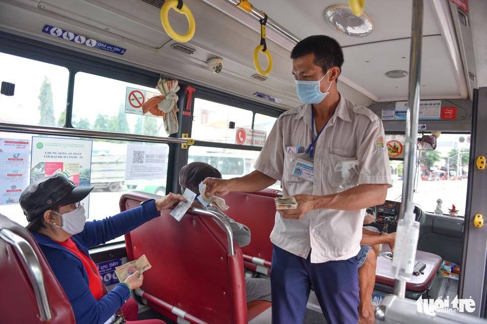 Ngày đầu xe buýt hoạt động trở lại, hết cảnh lội bộ - Ảnh 1.