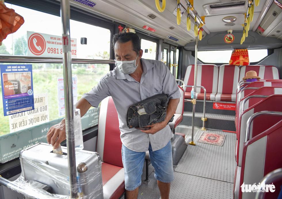 Ngày đầu xe buýt hoạt động trở lại, hết cảnh lội bộ - Ảnh 2.