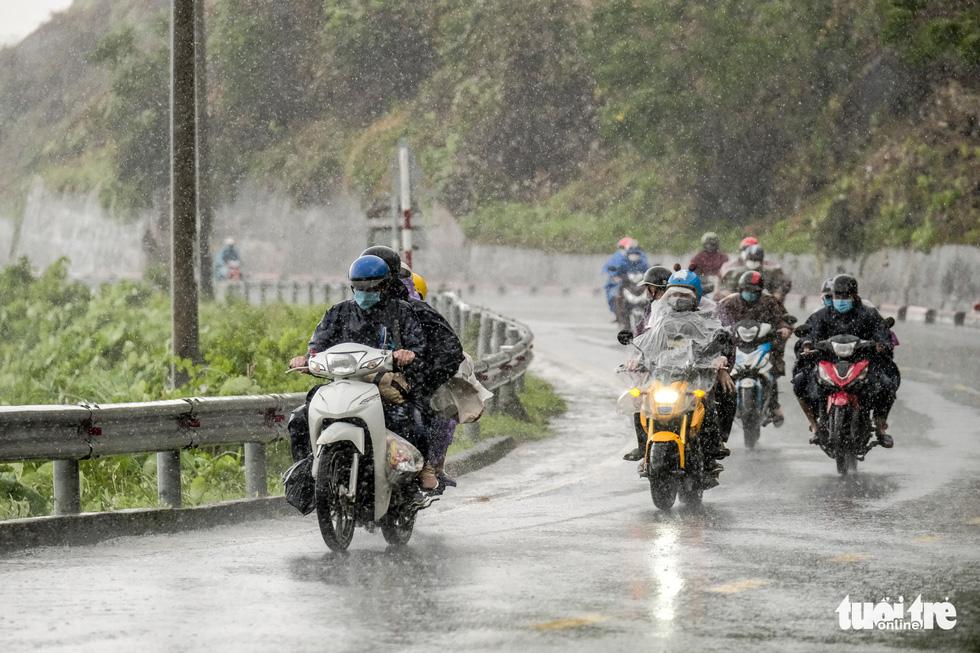 Hành trình về nhà của những đứa trẻ giữa mưa gió miền Trung - Ảnh 2.