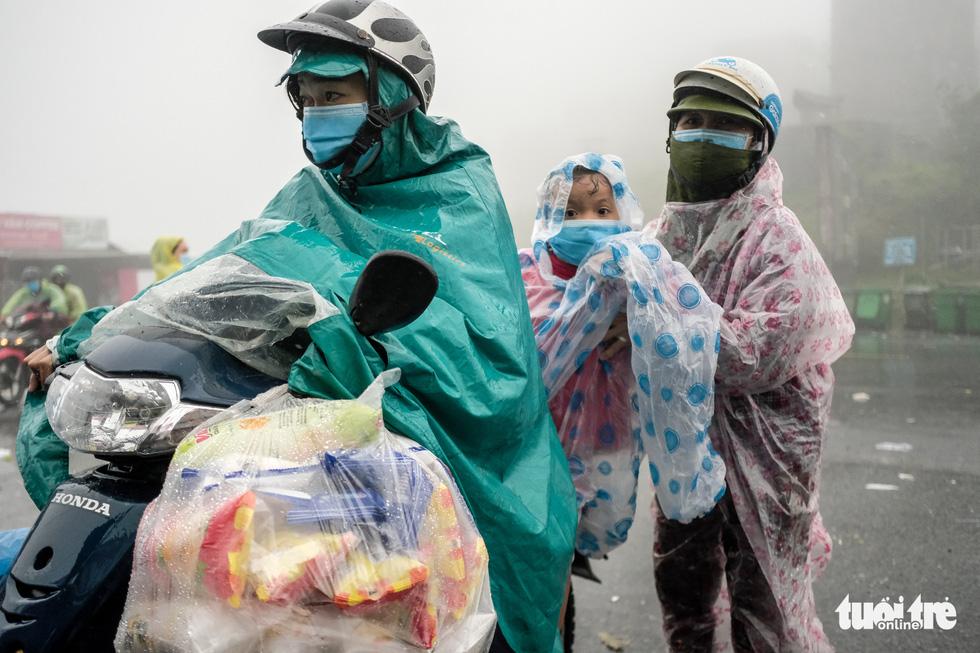 Hành trình về nhà của những đứa trẻ giữa mưa gió miền Trung - Ảnh 1.