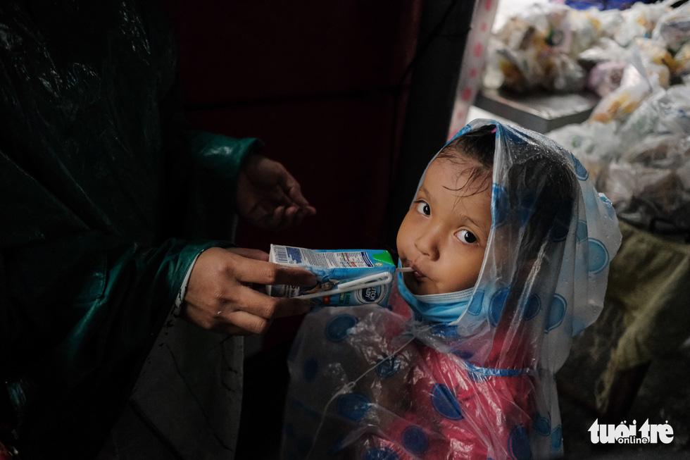 Hành trình về nhà của những đứa trẻ giữa mưa gió miền Trung - Ảnh 3.