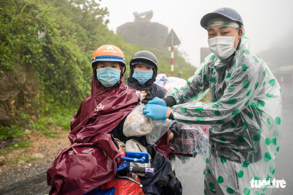 Hành trình về nhà của những đứa trẻ giữa mưa gió miền Trung - Ảnh 8.