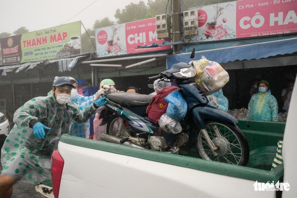 Hành trình về nhà của những đứa trẻ giữa mưa gió miền Trung - Ảnh 7.