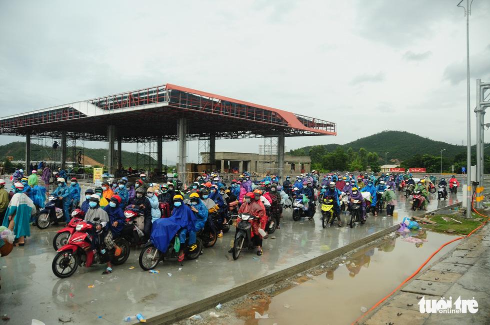 CSGT dẫn đoàn xe máy qua hầm Hải Vân để về quê - Ảnh 1.