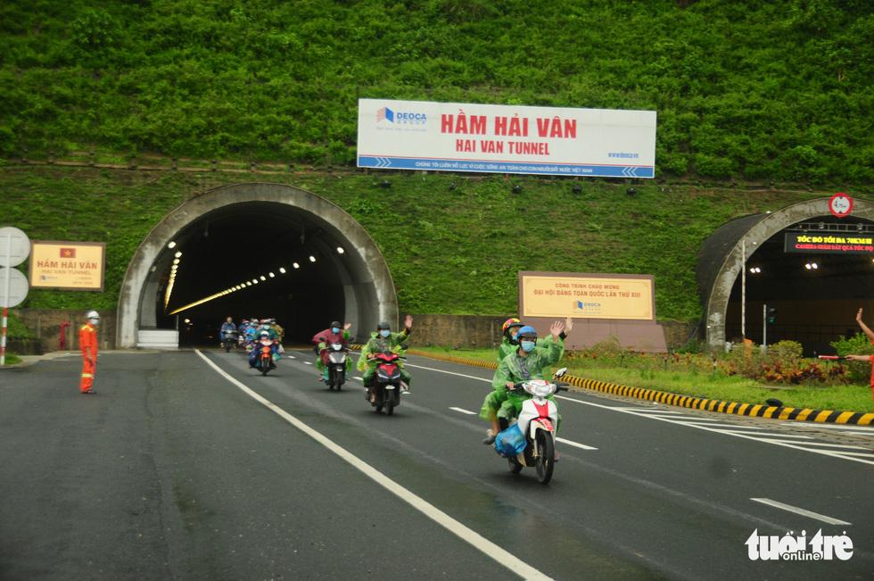 CSGT dẫn đoàn xe máy qua hầm Hải Vân để về quê - Ảnh 11.