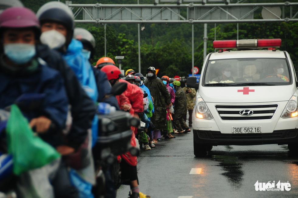 CSGT dẫn đoàn xe máy qua hầm Hải Vân để về quê - Ảnh 4.